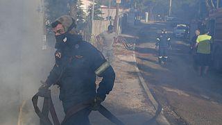 Bomberos luchan contra las llamas en la zona de Thrakomacedones, al norte de Atenas