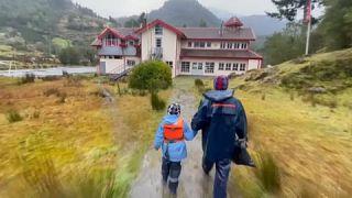 Diego acude a la escuela John F.Kennedy junto a su padre Carlos Guerrero en Sotomó, Chile.