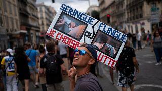 En France, 237 000 personnes sont descendues dans les rues contre le pass sanitaire