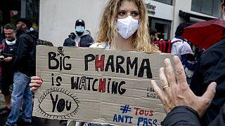 Eine Demonstrantin in Paris, wo sich die meisten Protestierenden versammelten