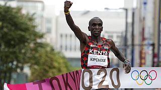 Queniano Eliud Kipchoge celebra a vitória da maratona nos Jogos Olímpicos, em Sapporo, Japão