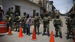 Exército mexicano e grupos de auto-defesa guardam negociações
