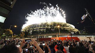 Los tokiotas observan los fuegos artificiales de la ceremonia de clausura de los Juegos Olímpicos