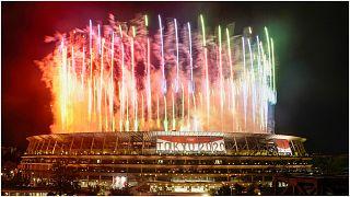 الألعاب النارية تنطلق من داخل الاستاد الوطني خلال الحفل الختامي لأولمبياد طوكيو 2020، الأحد 8 آب/أغسطس 2021