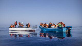Des migrants probablement tunisiens sont secourus par l'association Open Arms au large de l'île italienne de Lampedusa, le 29 juillet 2021