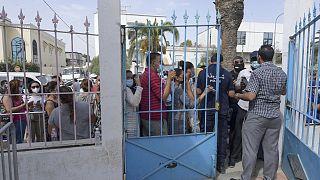 Schlange vor Impfzentrum nahe Tunis