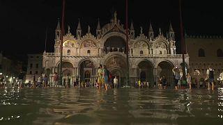 ساحة سان ماركو في البندقية غارقة في المياه.