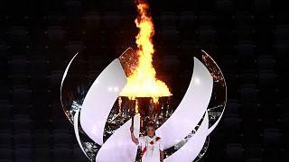 الشعلة الأولمبية خلال حفل افتتاح أولمبياد طوكيو 2020، في الملعب الأولمبي بطوكيو، اليابان، 23 يوليو 2021.
