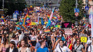 A júliusi Budapest Pride résztvevői vonulnak a Fővám téren