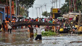 الفيضانات تعم القرى بالقرب من ضفاف نهر الغانج في الهند.