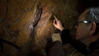 پژوهشگری در یکی از غارهای آردالس اسپانیا