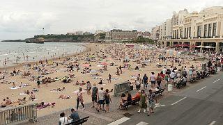 Archives : la grande plage de Biarritz, dans le sud-ouest de la France, le 27 juillet 2021