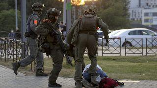 Август 2020 года. Полицейские избивают демонстранта в Минске.