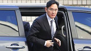 Es el hijo mayor de Lee Kun-hee, quien fuese presidente de Samsung desde 1987 a 2008 y de 2010 a 2020; y considerado como el futuro sucesor de su padre.
