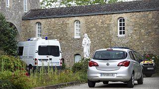 Véhicules de gendarmerie devant la communauté des frères missionnaires montfortains, à Saint-Laurent-sur-Sèvre, où le corps sans vie d'un prêtre a été découvert le 9 août 2021
