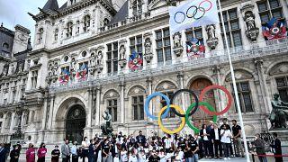 La bandera olímpica ondea ya en París
