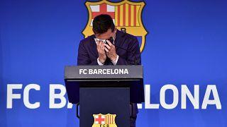 يبكي مهاجم برشلونة الأرجنتيني ليونيل ميسي خلال مؤتمر صحفي في ملعب كامب نو في برشلونة - 8 آب /  أغسطس 2021.