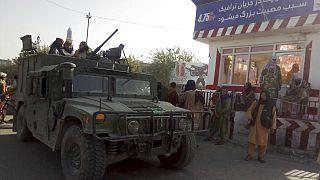 Combatientes talibanes en un puesto de control en Kunduz, al norte de Afganistán