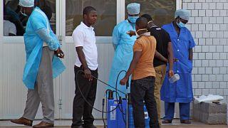 يستقبل العاملون الطبيون عند مدخل الطوارئ بمستشفى مرضى فيروس الإيبولا في كوناكري، غينيا، السبت 29 مارس 2014