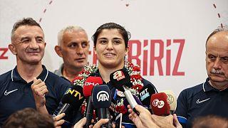 Olimpiyat şampiyonu milli boksör Busenaz Sürmeneli'nin de yer aldığı kafile Japonya'dan yurda döndü.