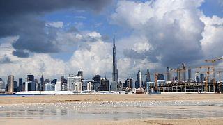 تظهر الصورة التي تم التقاطها في دبي غيومًا داكنة فوق برج خليفة، أطول مبنى في العالم، 12 يناير 2020