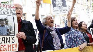 متظاهرون أمام محكمة ستوكهولم يطالبون بالعدالة لضحايا الإعدام في إيران عام 1988