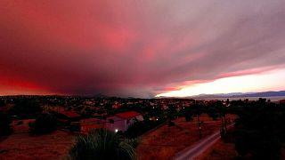 تحول غروب الشمس إلى ضباب أحمر بسبب حرائق الغابات في إيفيا باليونان.
