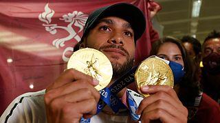 العداء مارسيل جاكوبس المولود في تكساس والذي حقق مفاجأة مدوية بإحرازه ذهبية سباق 100 م