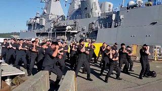 شاهد: استقبال أفراد البحرية النيوزيلندية على متن سفينة برقصة الهاكا التقليدية