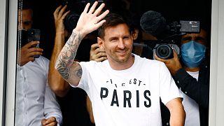 ليونيل ميسي بعد وصوله إلى مطار لو بورجيه شمال باريس، الثلاثاء 10 أغسطس 2021