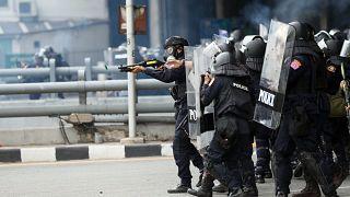 La police anti-émeute tirant des balles en caoutchouc sur des manifestants à Bangkok, le 10 août 2021.