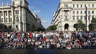 Governo húngaro recompensa estudantes que ajudaram a combater Covid-19