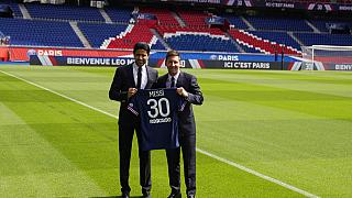 Messi posa con la camiseta del PSG junto al presidente del club, Nasser bin Ghanim Nassida Al-Khelaïfi