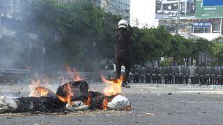 شاهد: مواجهات بين الشرطة التايلاندية ومتظاهرين ضد الحكومة في بانكوك