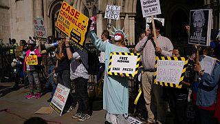 La manifestazione pro Assange fuori dalla corte londinese