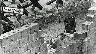 Kőműves dolgozik a berlini falon 1962-ben