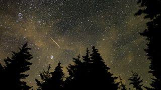 A NASA által közreadott kép a Perseidák meteorrajról a Tejút közelében, Nugat-Virginia legmagasabb pontja, a Spruce Mountain hegygerinc 1482 méter magas Spruce Knob nevű csúcs