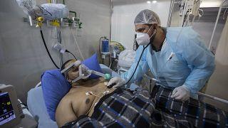 """مصاب بـ""""كوفيد-19"""" يتلقّى العلاج في إحدى المشافي قرب العاصمة البرازيلية ساو باولو"""