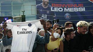 مشجعو باريس سان جيرمان خارج ملعب بارك دي برينس قبل المؤتمر الصحفي لليونيل ميسي في باريس، فرنسا.