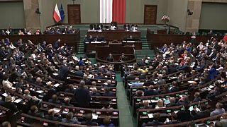 Lengyel alsóházi szavazás a médiatörvényről való döntés elhalasztásáról