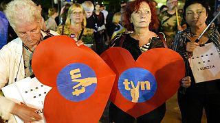 Protesto à porta do parlamento polaco contra a legislação que limita a propriedade privada nos media na Polónia