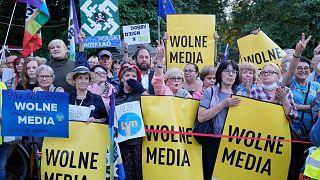 Polonya Parlamentosu önünde gösteri düzenleyen ve ellerinde 'özgür basın' yazılı pankartlar taşıyan eylemciler