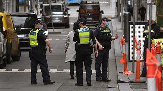 Új-Zélandon marad a határzár, ausztrál városok kerülnek karantén alá