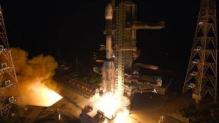 مركبة إطلاق الأقمار الصناعية المتزامنة مع الأرض تحمل قمرا صناعيا لرصد الأرض في مركز ساتيش داوان للفضاء في سريهاريكوتا في الهند.
