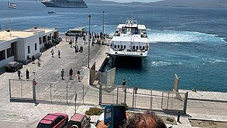 Άφιξη των ναυαγών στο λιμάνι του Αδάμαντα στη Μήλο