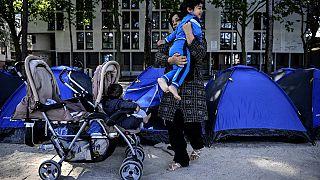 Archive : Une réfugiée afghane et son enfant, à Paris (France), le 27/05/2020