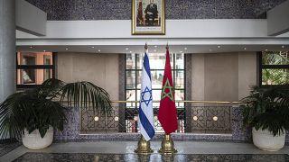 علم المملكة المغربية وعلم إسرائيل في مقر وزارة الخارجية بالعاصمة الرباط