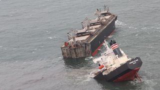 تصاویری از سواحل ژاپن؛ کشتی پانامایی دو نیم شد