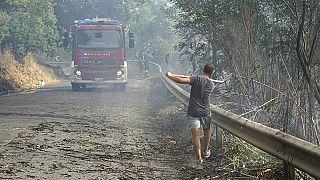 11 agosto 2021: un volontario aiuta a controllare gli incendi in Calabria, nel Cosentino, poiché molti incendi continuano a colpire il meridione