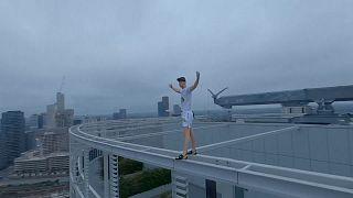جوان ۲۱ ساله بار دیگر برای هشدار درباره تغییرات اقلیمی از برجی در لندن بالا رفت